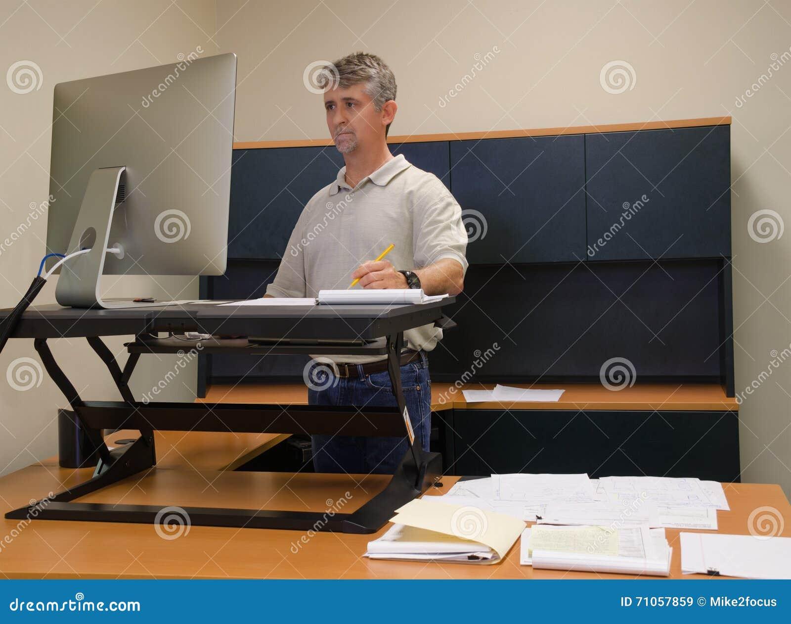 L utilisation d homme tiennent le bureau dans le bureau pour des