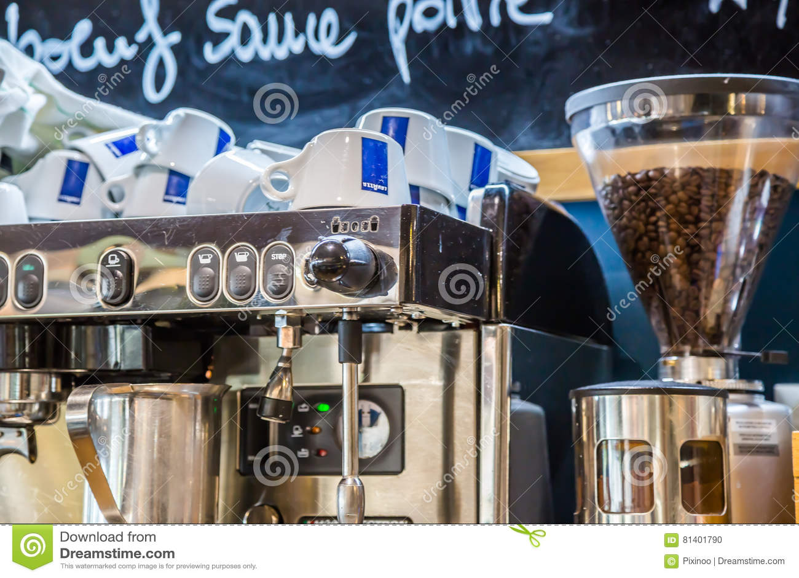 La防御,法国- 2016年7月17日:在大传统法国餐馆过滤器和磨咖啡器的里面看法la defens的