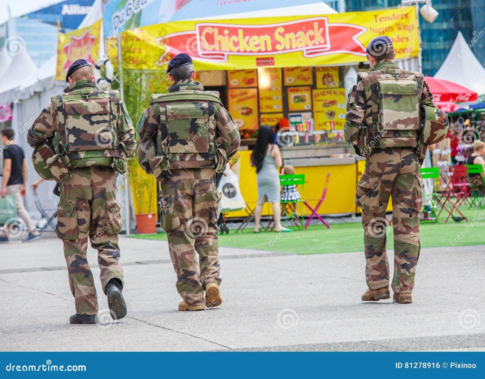 La防御,法国- 2016年7月17日:法国军事巡逻分配到商业区的监视在巴黎附近 这些tr