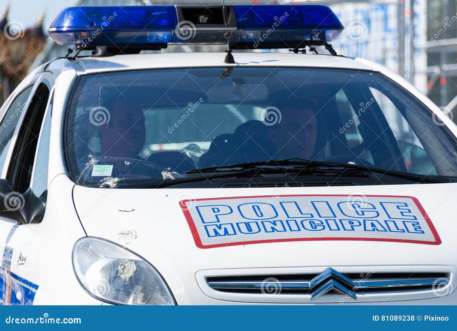 La防御,法国- 2007年5月02日:法国警察巡逻分配到监视保证公民的安全b的