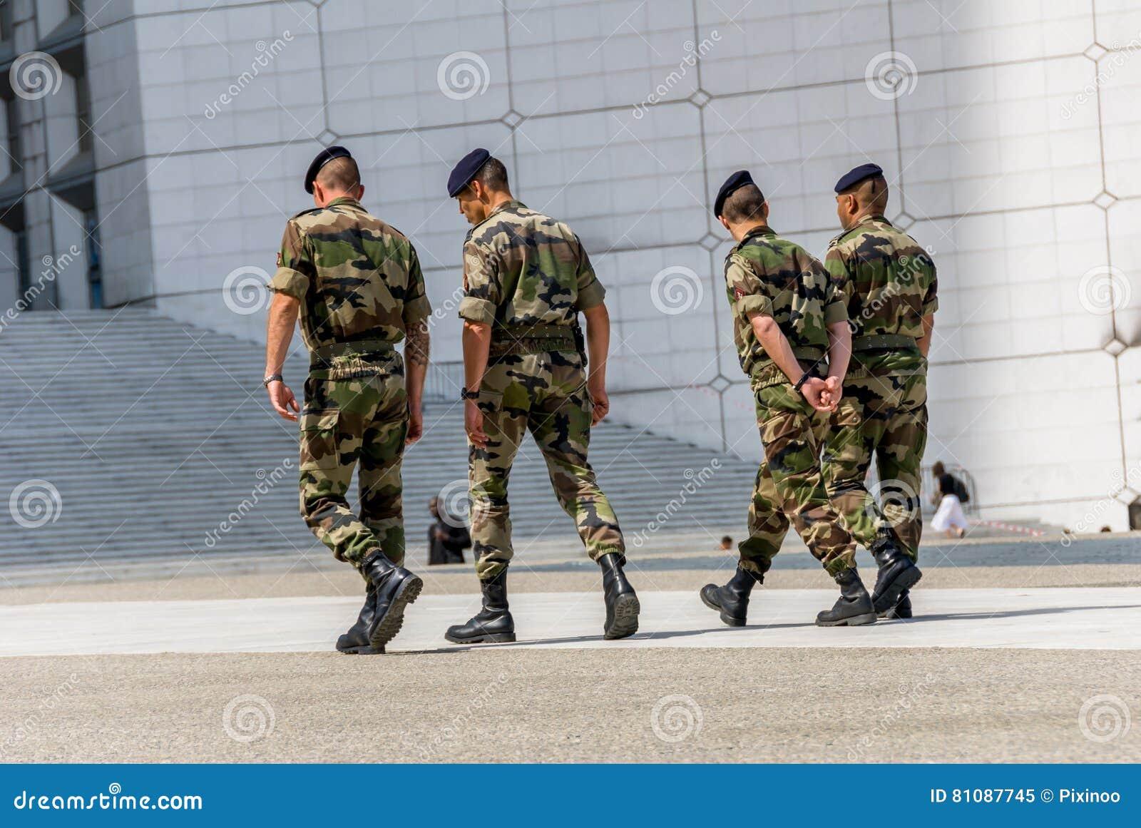 La防御,法国- Mai 12日2007年:法国军事巡逻分配到商业区的监视在巴黎附近 这些tr
