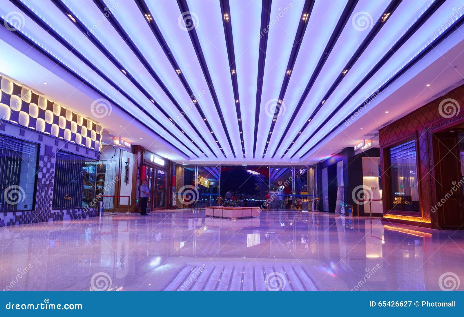 La alameda de compras llevó la iluminación del techo