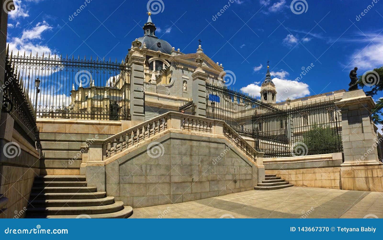 La Almudena - una di chiese più belle nella città di Madrid, Spagna