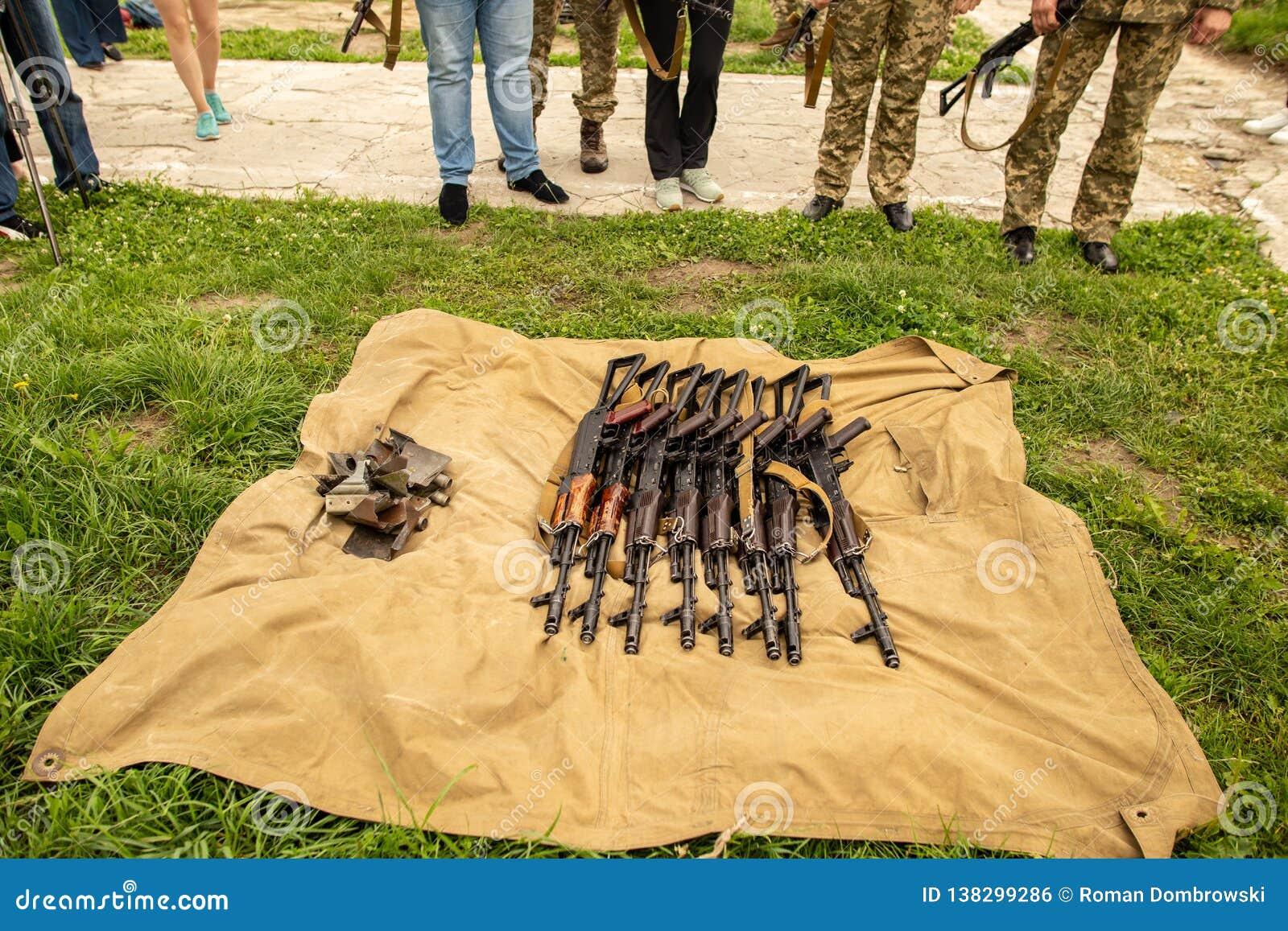 La ametralladora militar miente en la hierba seca en el campo