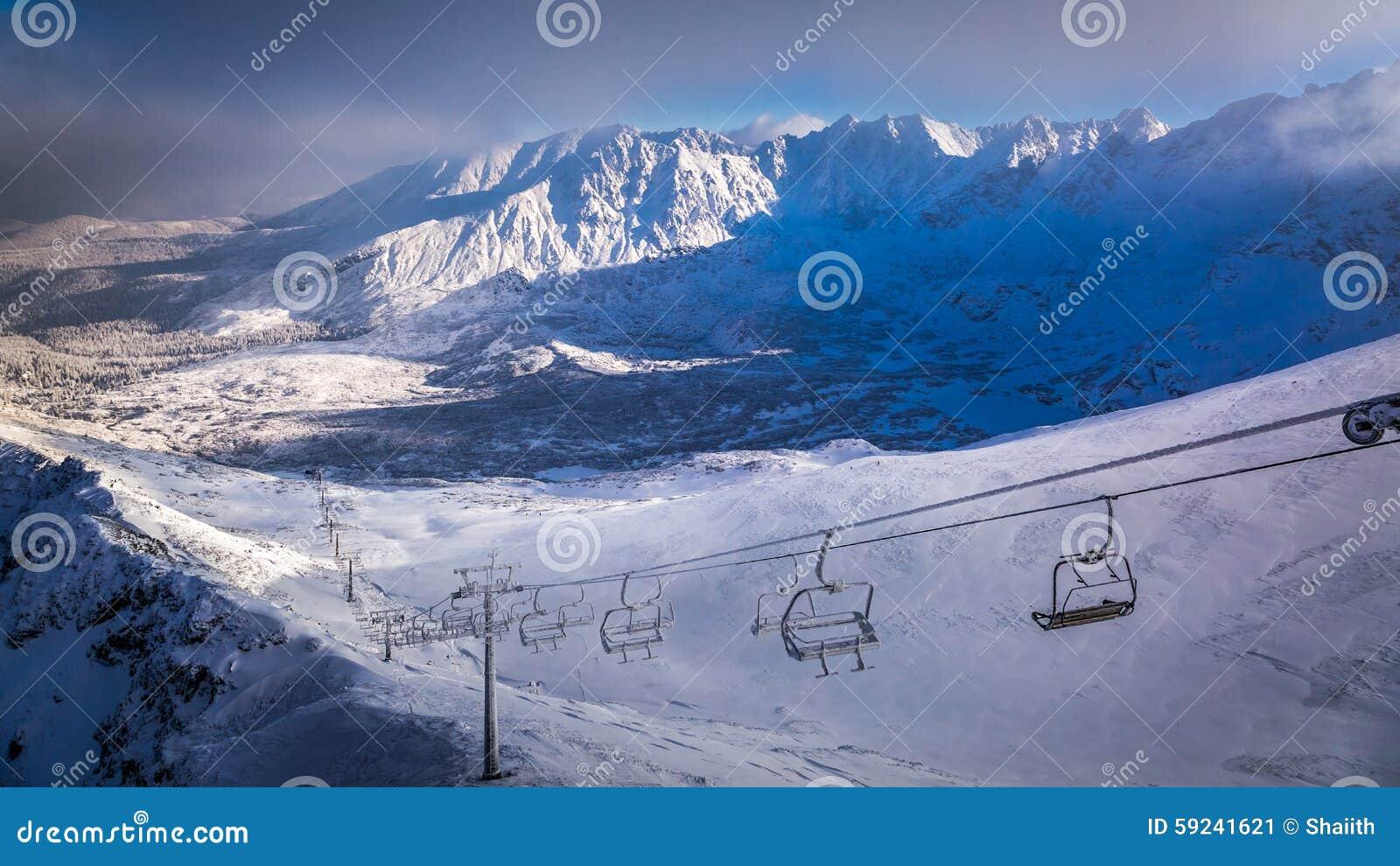 Download La Antena Levanta Sobre El Valle En El Invierno Imagen de archivo - Imagen de aventura, pico: 59241621