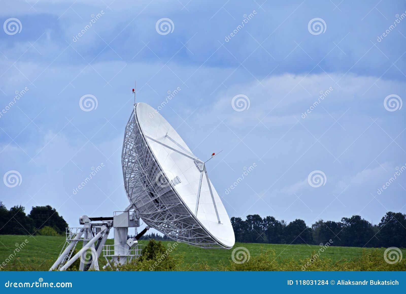 La Antena Parabólica Grande En El Campo Para Recibir Y Transmitir La Señal  De La TV Y La Transferencia De Datos Al Satélite, Tele Foto de archivo -  Imagen de campo, datos: