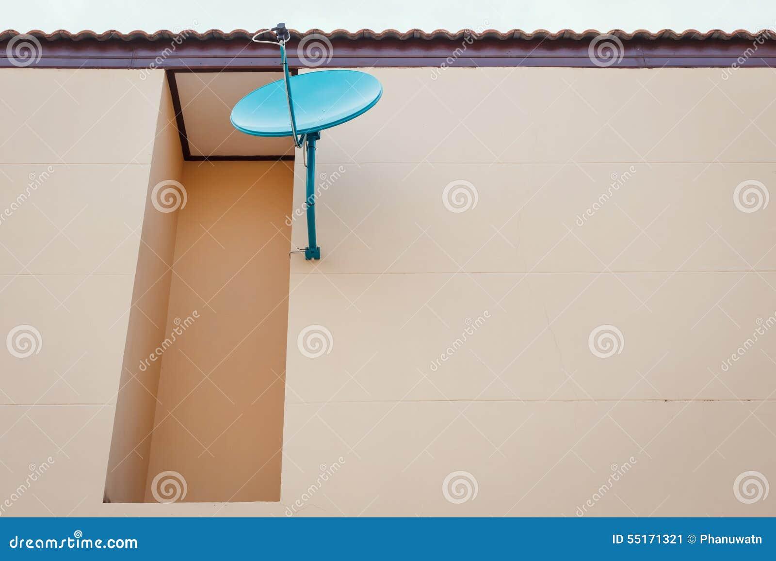 La antena parabólica instala en la pared