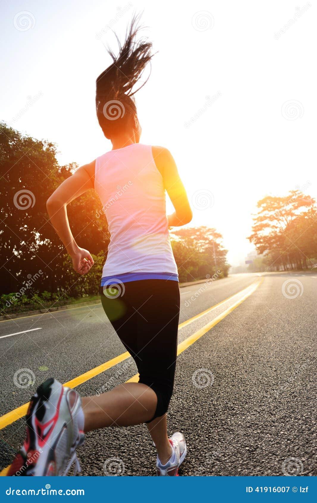 La aptitud sana de la forma de vida se divierte la pierna corriente de la mujer