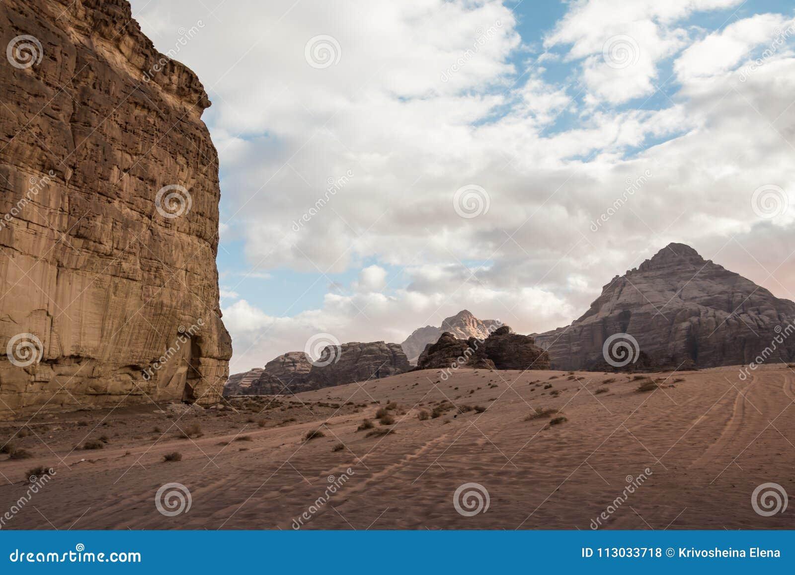 La arena agradable de la visión y las rocas grandes en Wadi Rum abandonan en Jordania