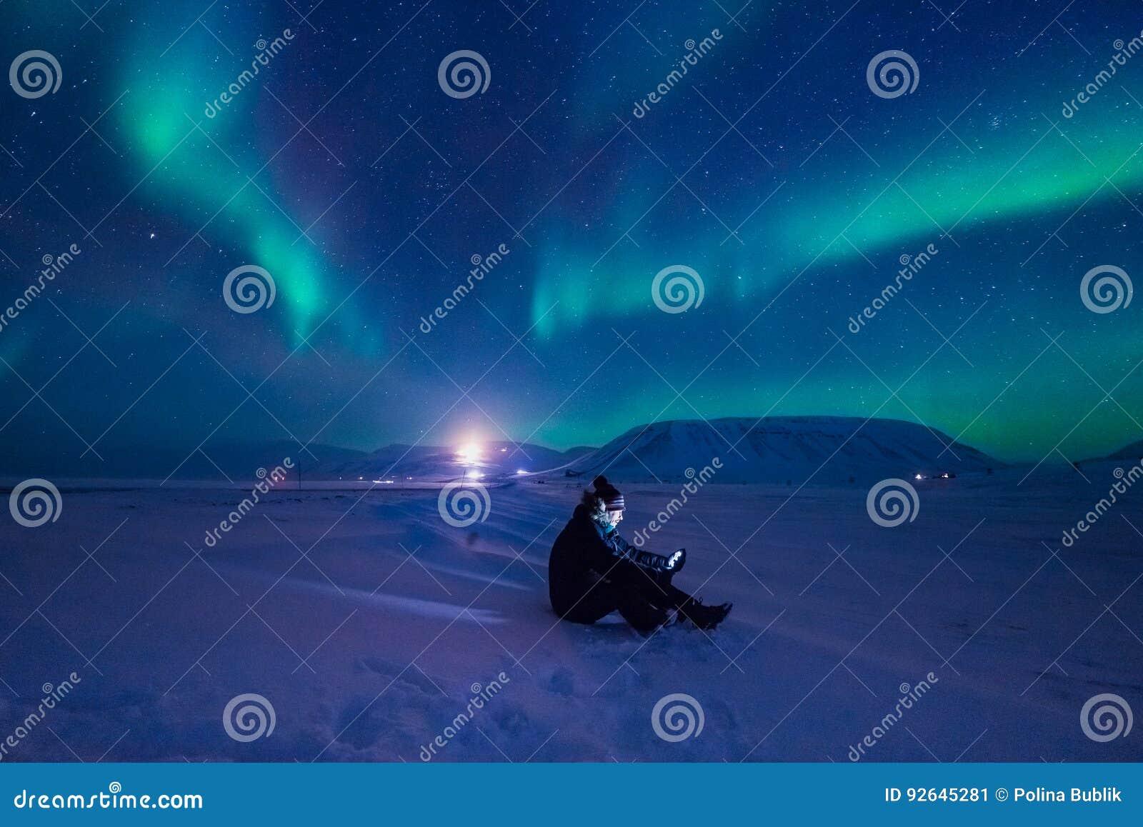 La aurora boreal en las montañas de Svalbard, Longyearbyen, Spitsbergen, papel pintado de Noruega