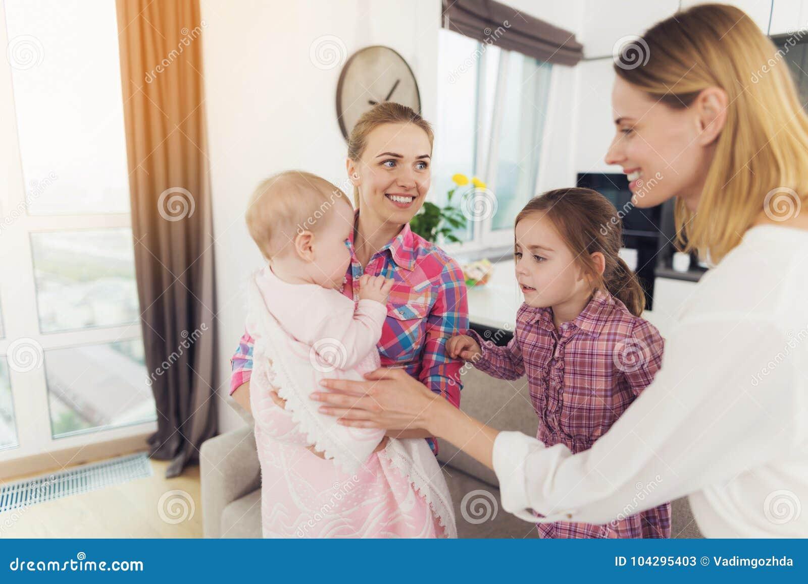 Rencontre une fille avec un bébé