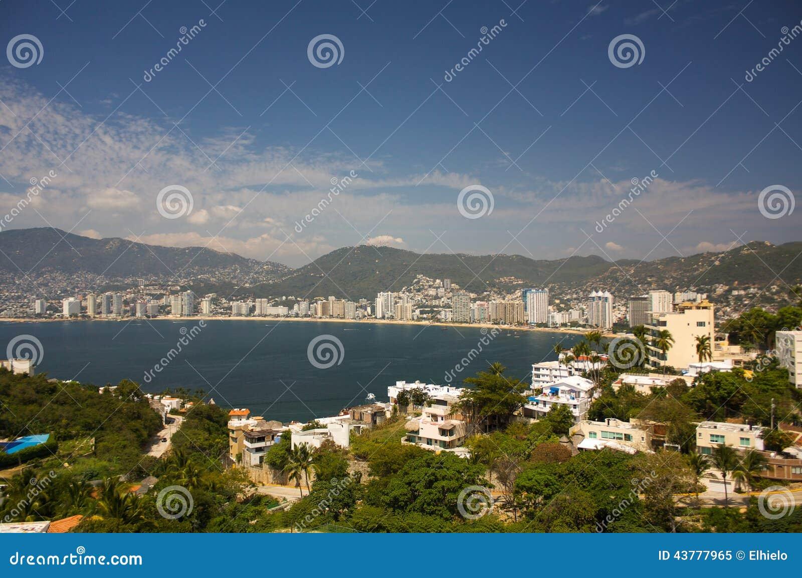 La baia di Acapulco tira gli alberi in secco il Guerrero Messico delle montagne del sole degli hotel