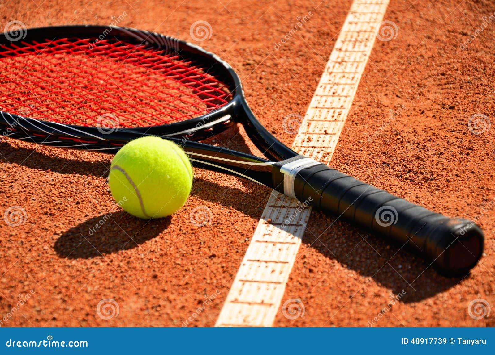 La balle de tennis et la raquette est sur la cour de tapis for Prix terrain de tennis