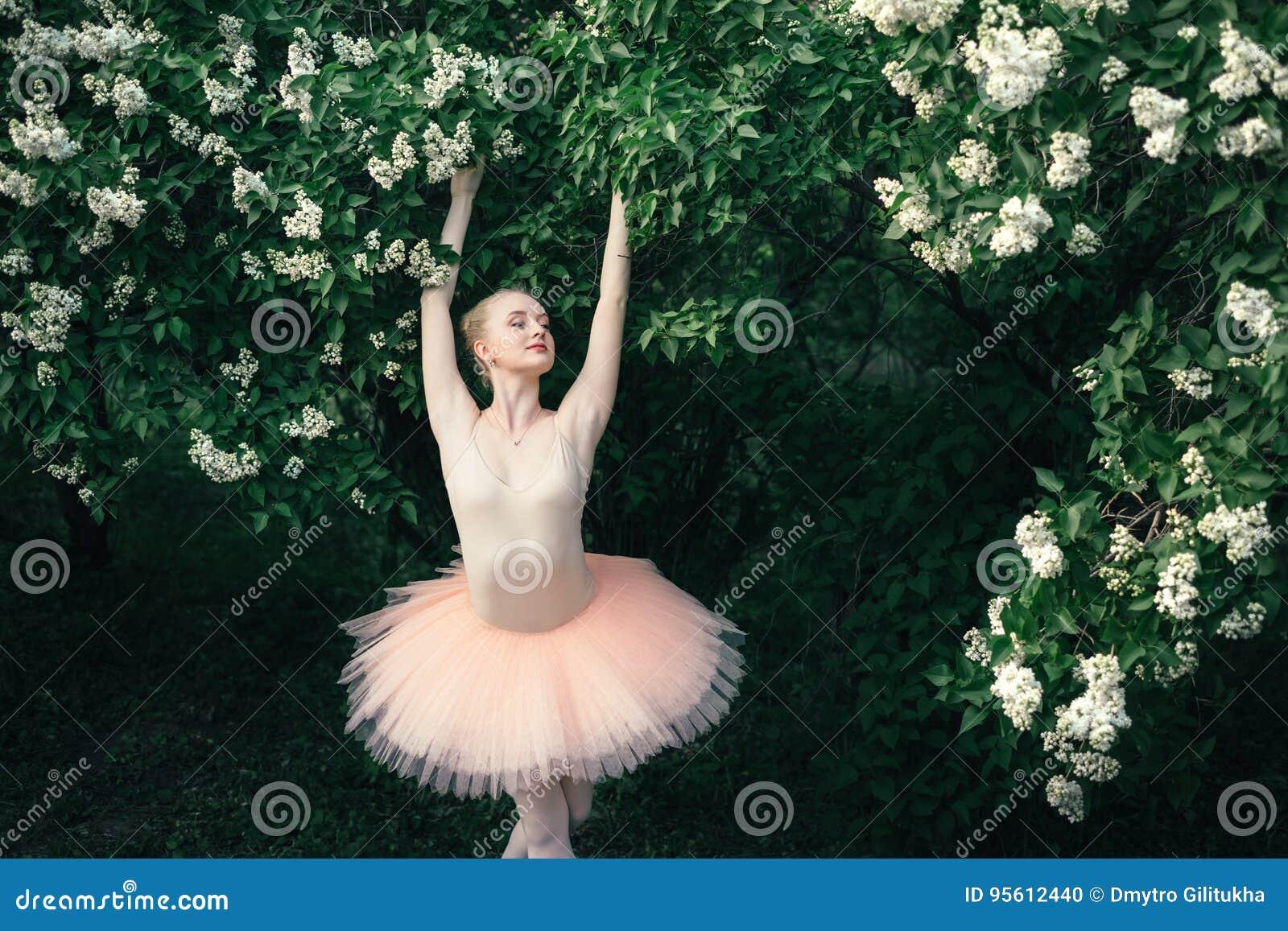 La ballerina che balla all aperto il balletto classico posa nelle terre dei fiori