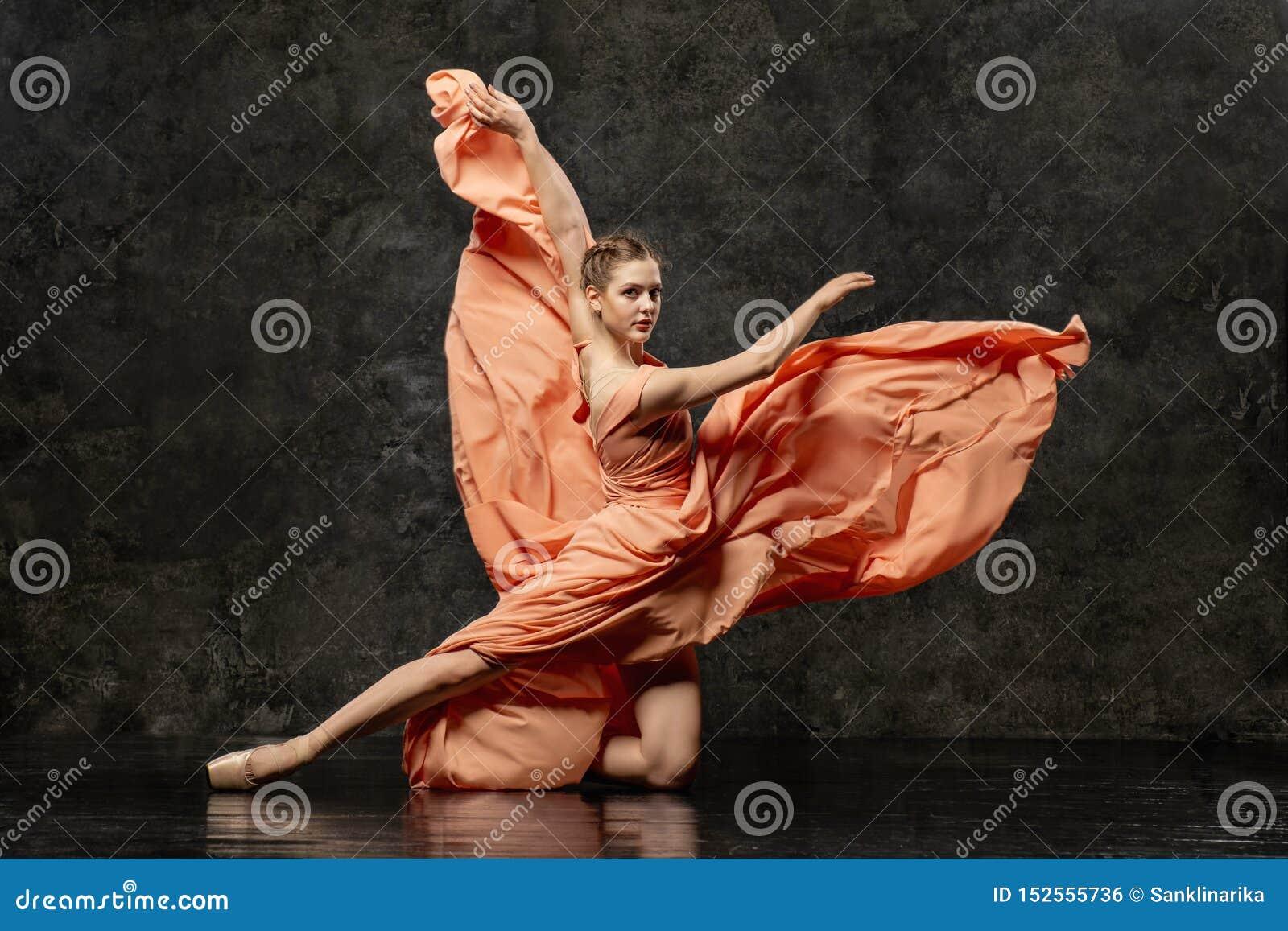 La ballerine démontre des qualifications de danse Beau ballet classique