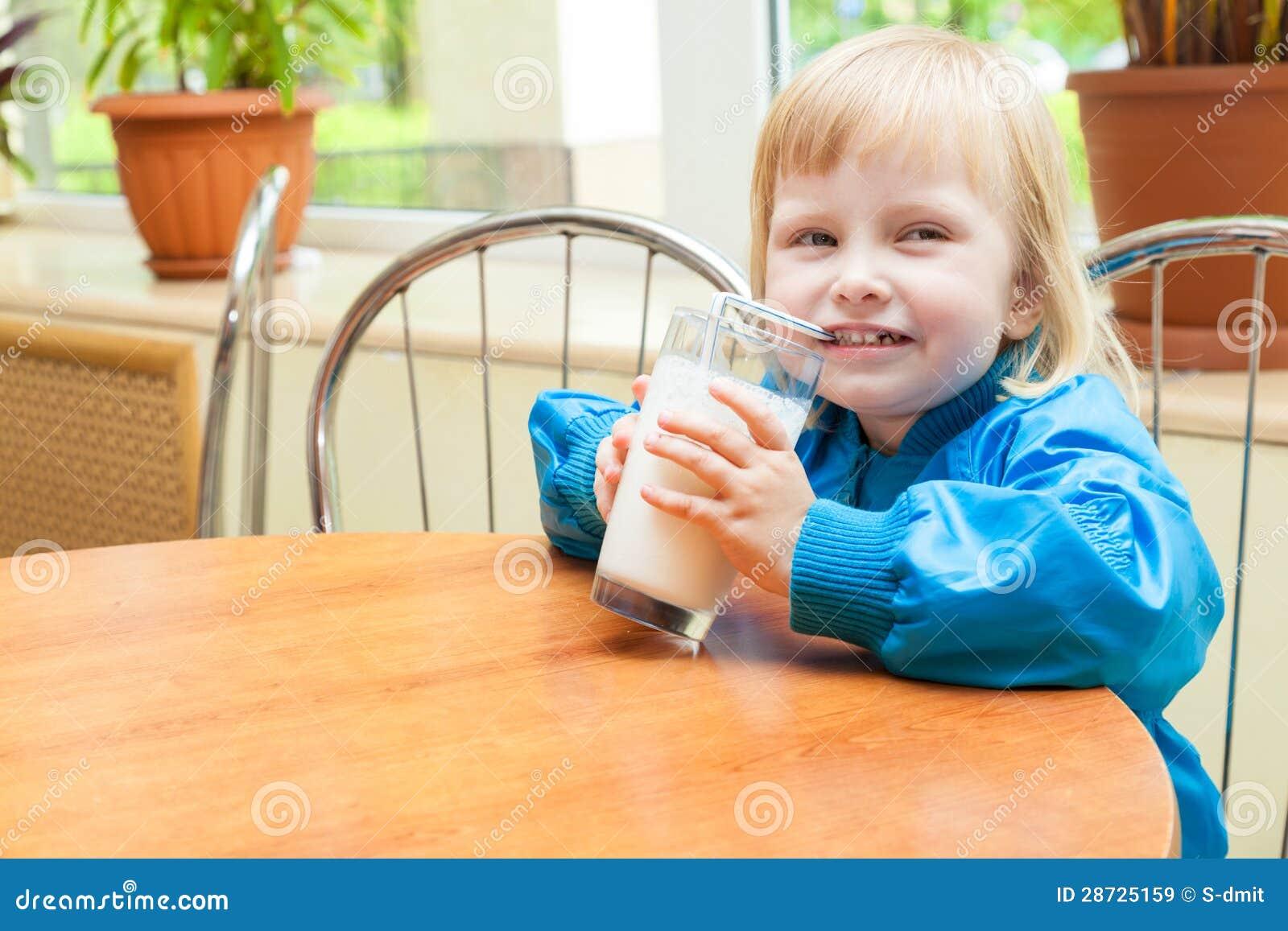 La bambina è latte alimentare