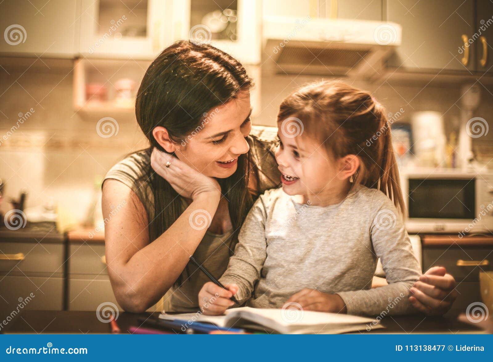 La bambina assorbe il rivestimento delle madri Fine in su