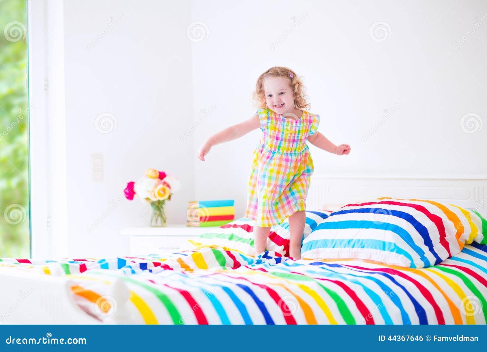 La bambina che salta su una base