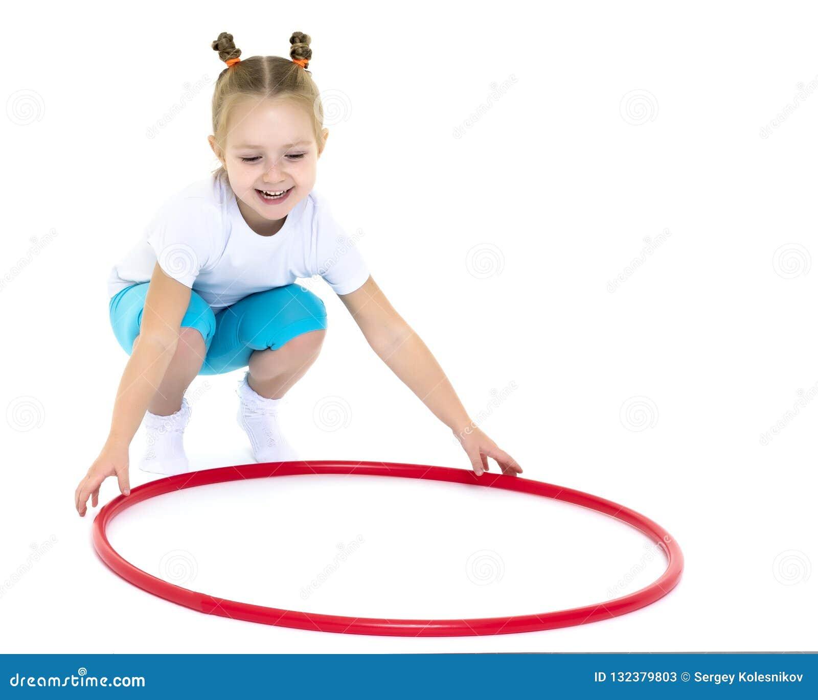 La bambina gira il cerchio
