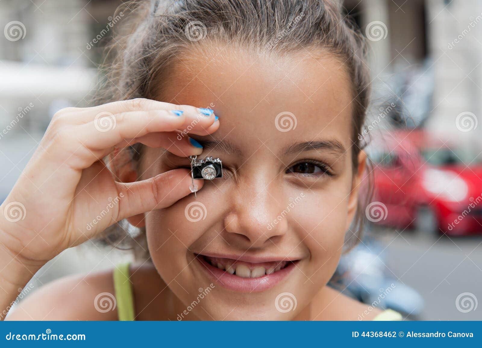 La bambina mostra il riflesso dell orecchino