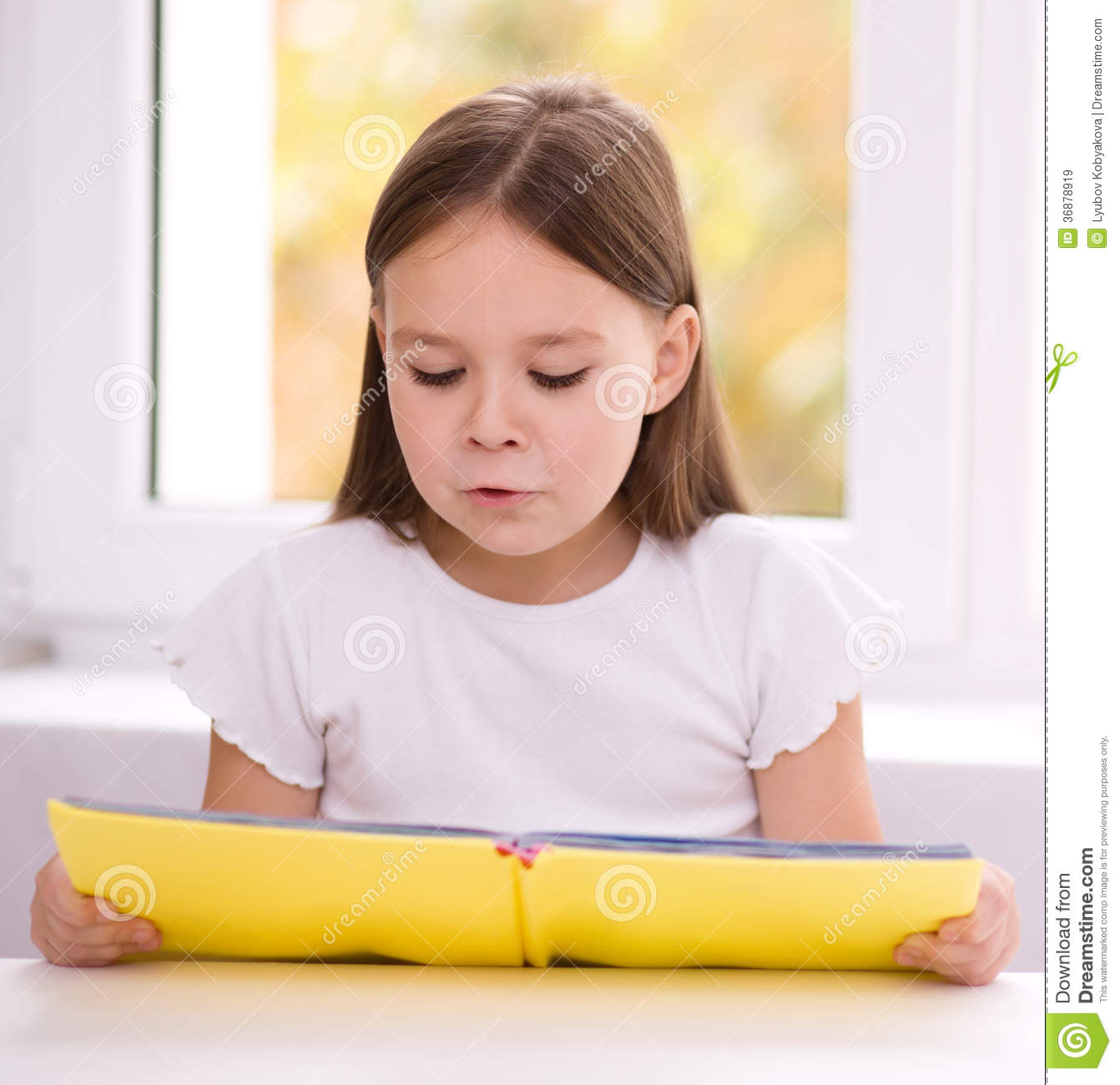 Download La Bambina Sta Leggendo Un Libro Immagine Stock - Immagine di cute, intelligente: 36878919
