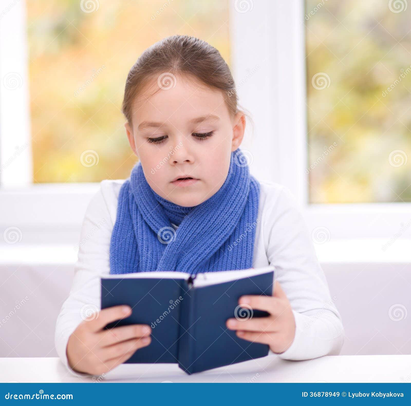 Download La Bambina Sta Leggendo Un Libro Immagine Stock - Immagine di seduta, intelligente: 36878949