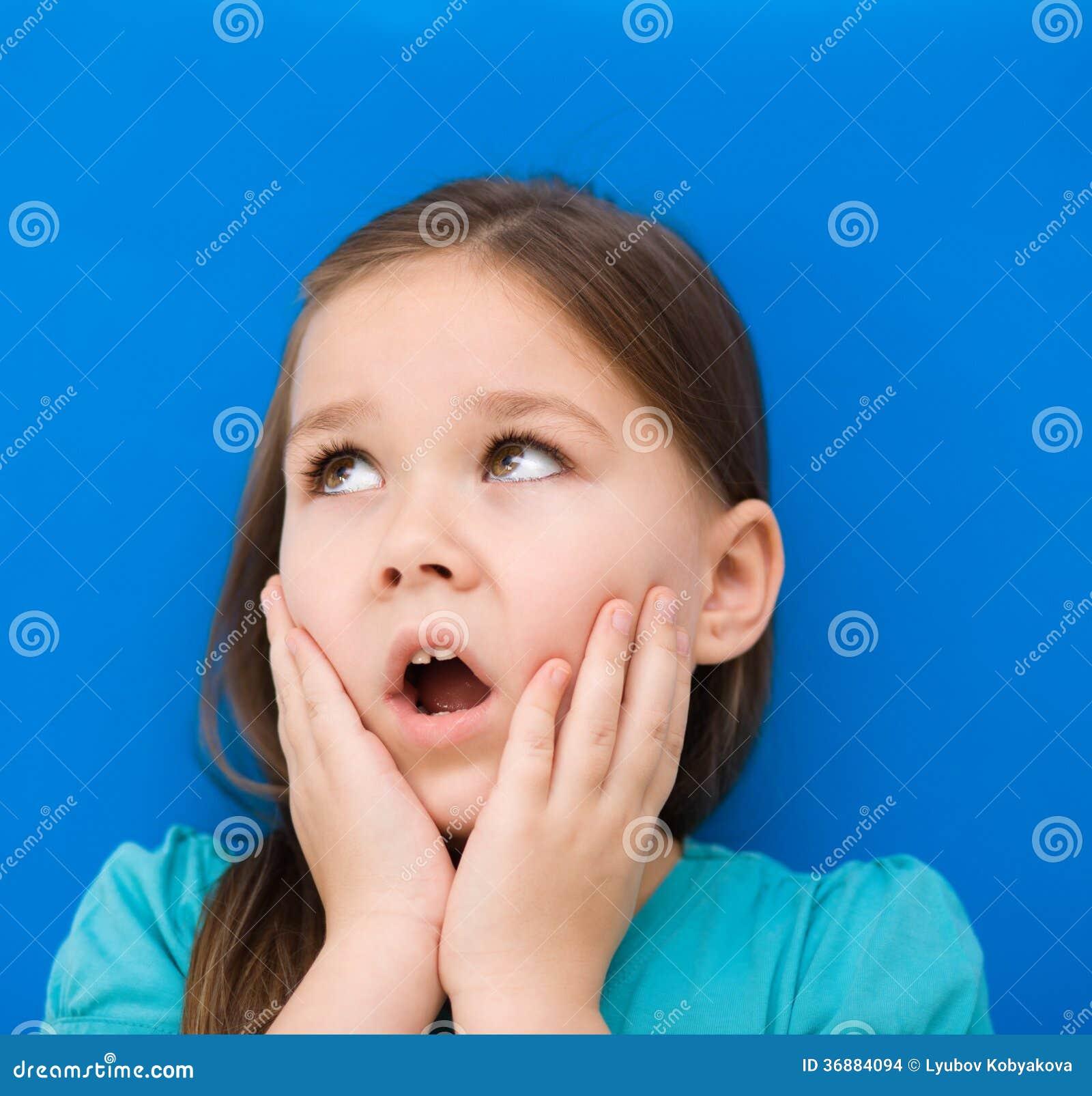 Download La Bambina Sta Tenendo Il Suo Fronte Fotografia Stock - Immagine di closeup, bambino: 36884094
