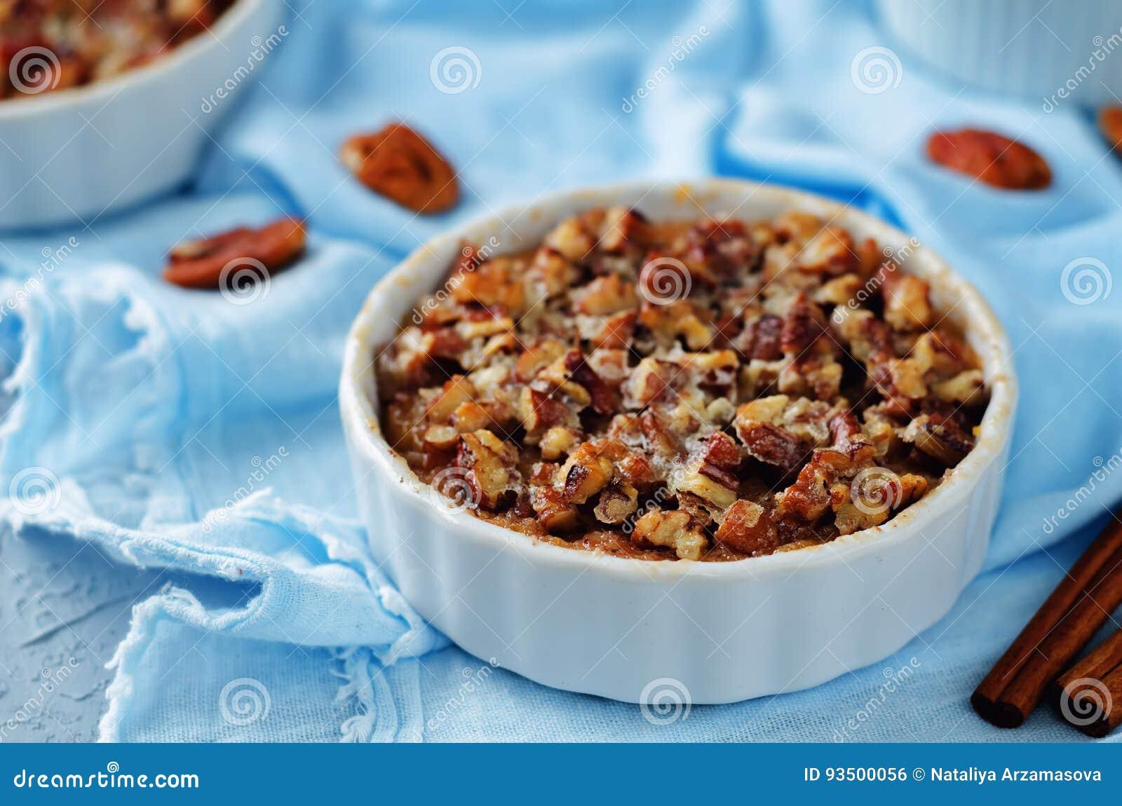 La banane de patate douce a fait la farine d avoine cuire au four avec la croûte de miette de noix de pécan