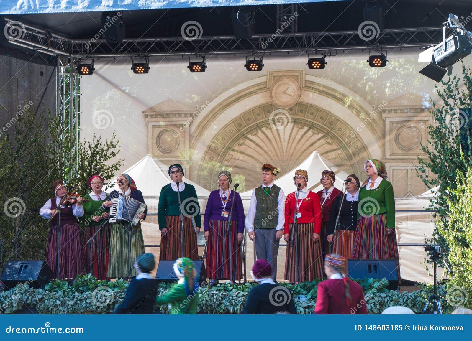 La banda dilettante canta in scena Festival di canzone a Riga