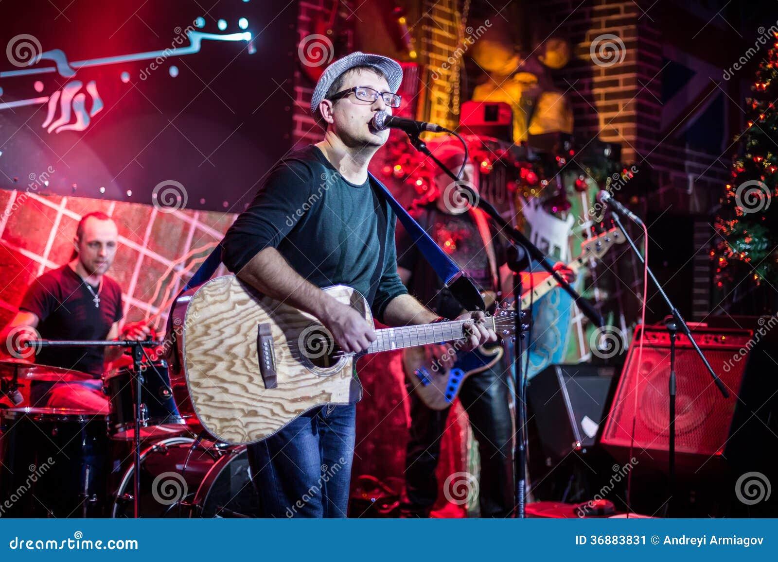 Download La banda esegue in scena immagine stock. Immagine di esecutore - 36883831
