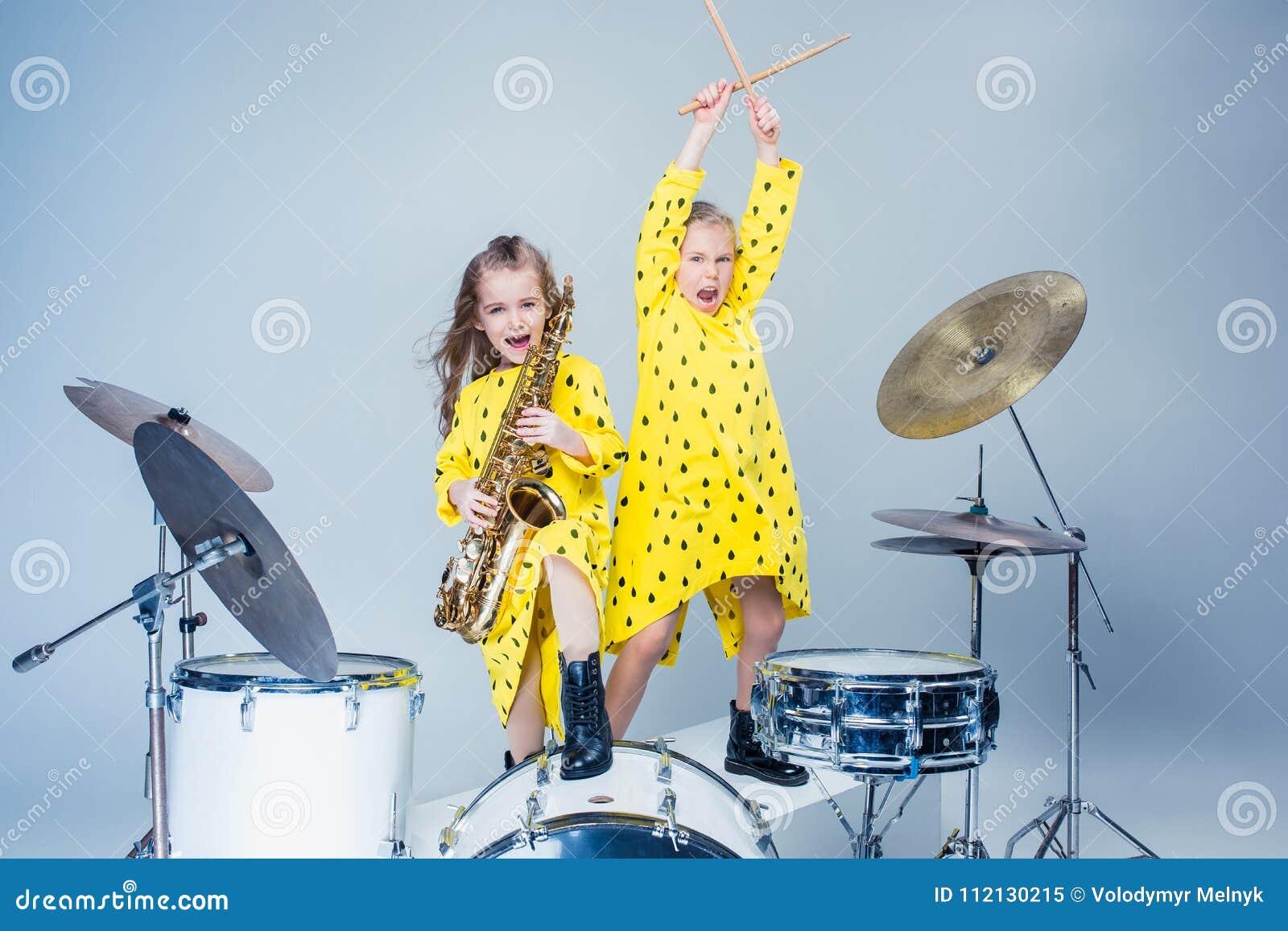La bande de l adolescence de musique exécutant dans un studio d enregistrement