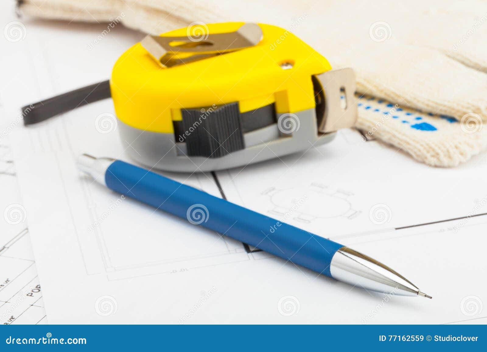 La bande jaune de mesure avec le crayon et les gants s approchent de lui