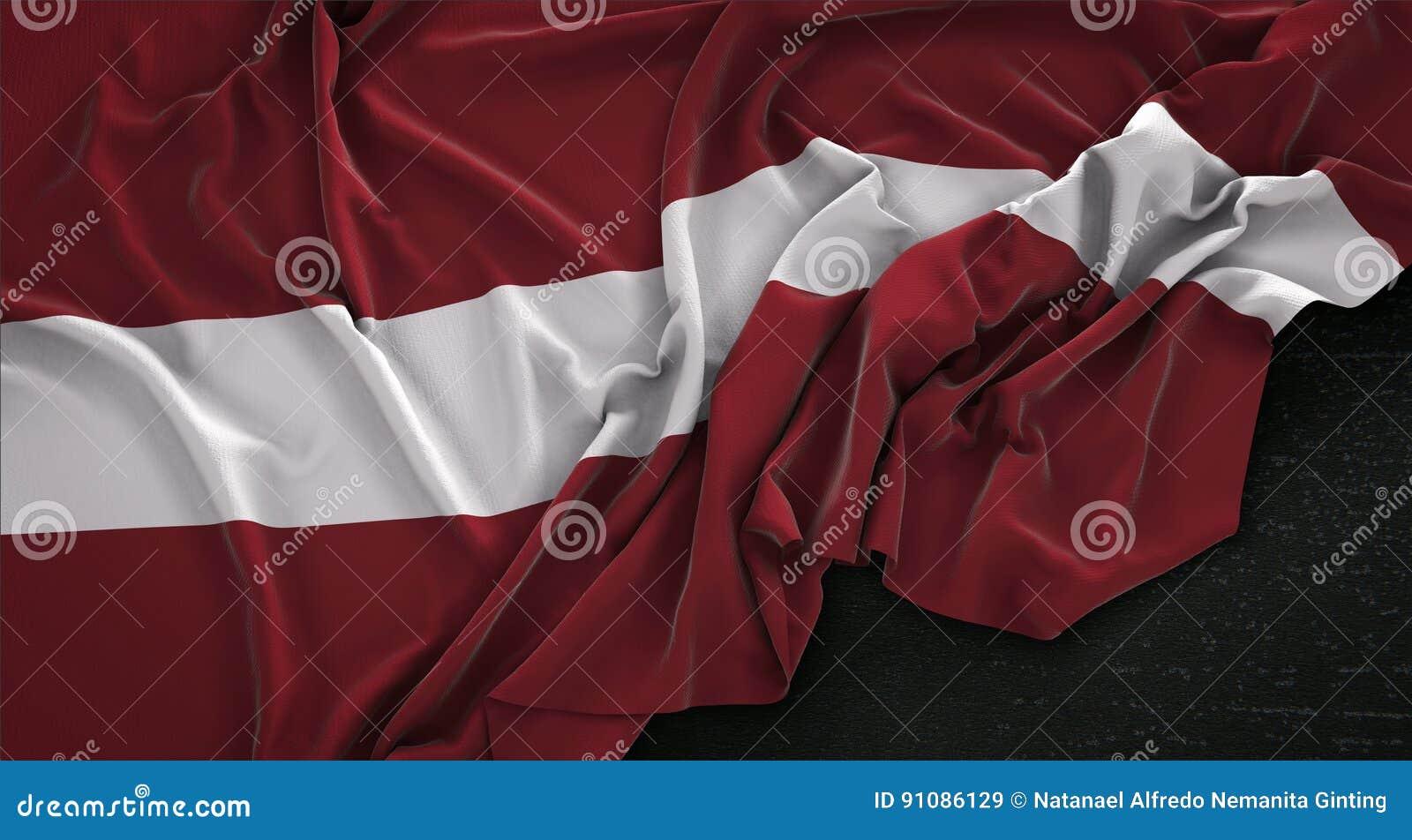 La bandera de Letonia arrugó en el fondo oscuro 3D rinde