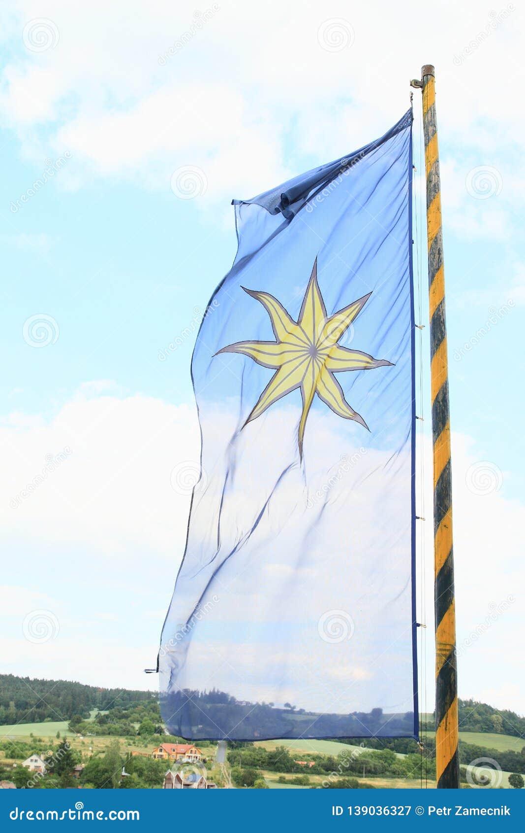La bandera de Sternberg que sopla en el viento