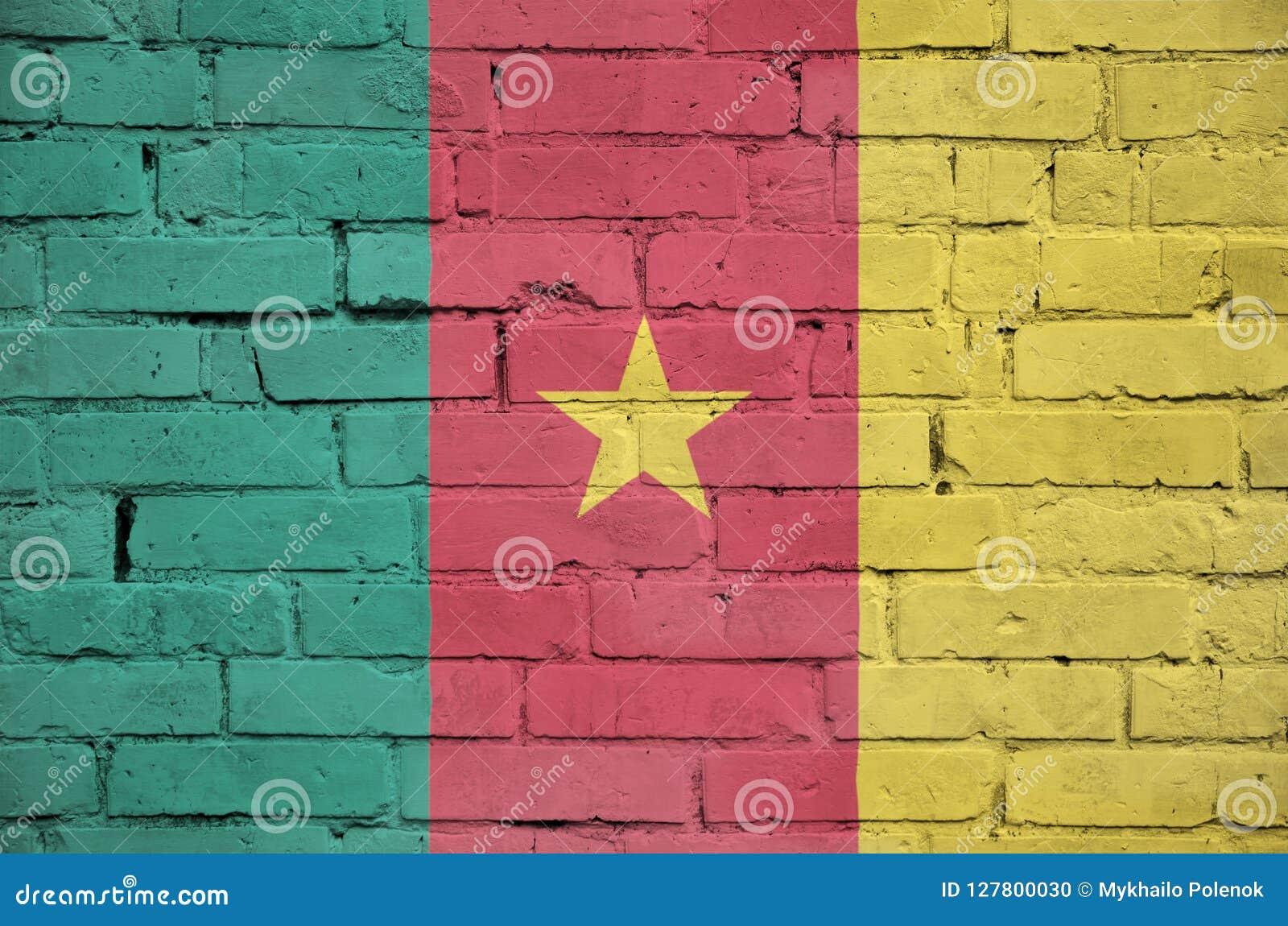 La bandera del Camerún se pinta sobre una pared de ladrillo vieja