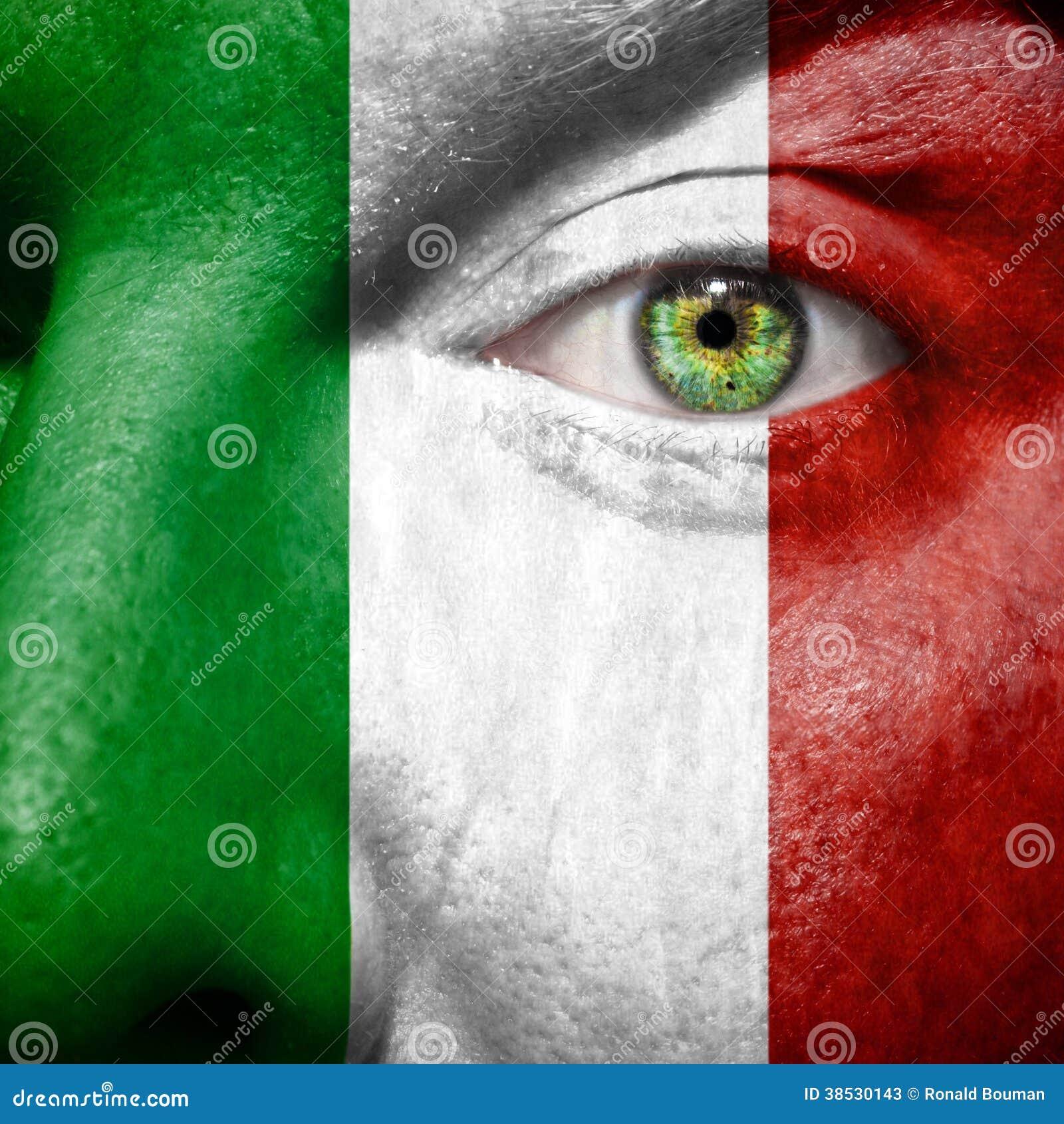 La bandera italiana pintada encendido sirve la cara