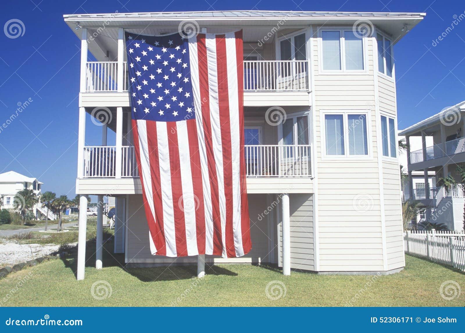 La bandiera americana ha appeso su una camera a due piani for Piani a due piani in florida