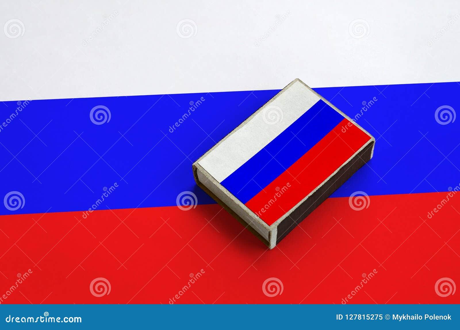 La bandiera della Russia è rappresentata su una scatola di fiammiferi che si trova su una grande bandiera