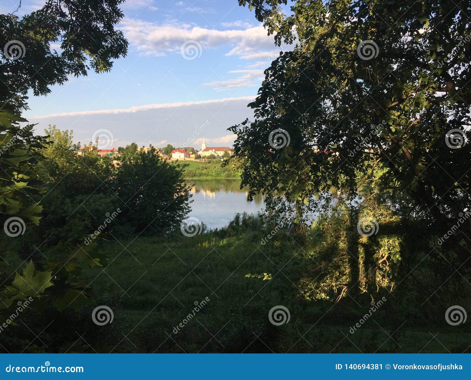 La banque de la rivière Dvina occidental et du village Verhnedvinsk Belarus