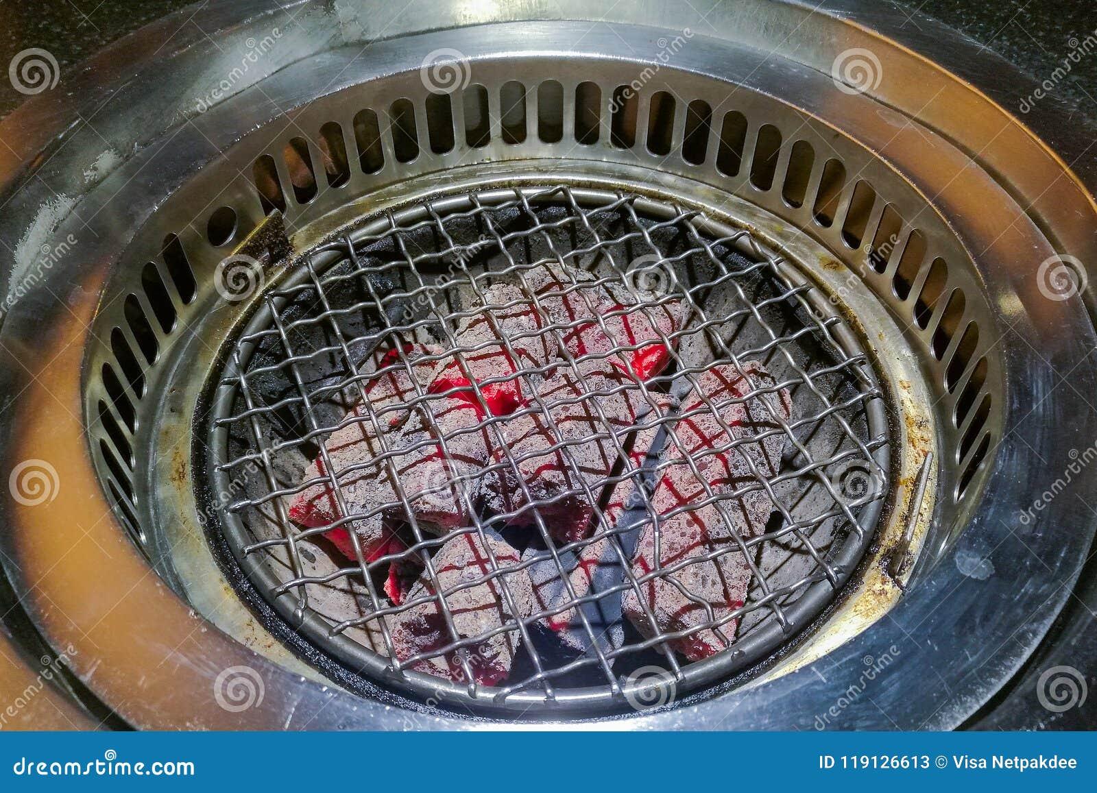 La barbacoa de la estufa y el carbón de leña caliente