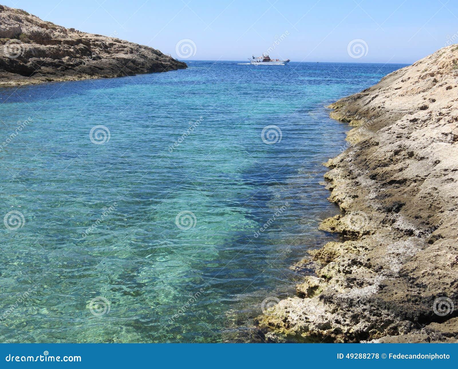 La barca ha attraccato sull isola di Lampedusa in Italia