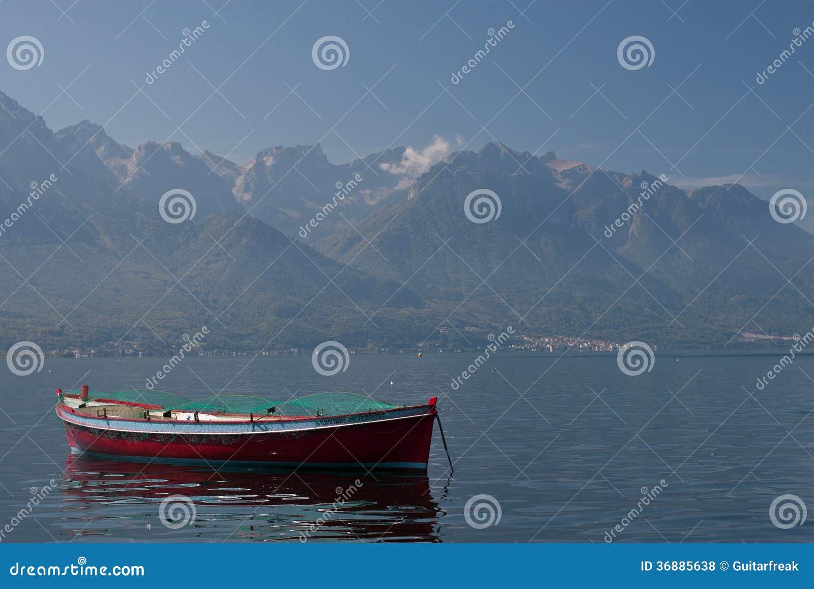 Download La Barca Sola Si Siede Nel Lago Lemano Fotografia Stock - Immagine di lago, montagne: 36885638