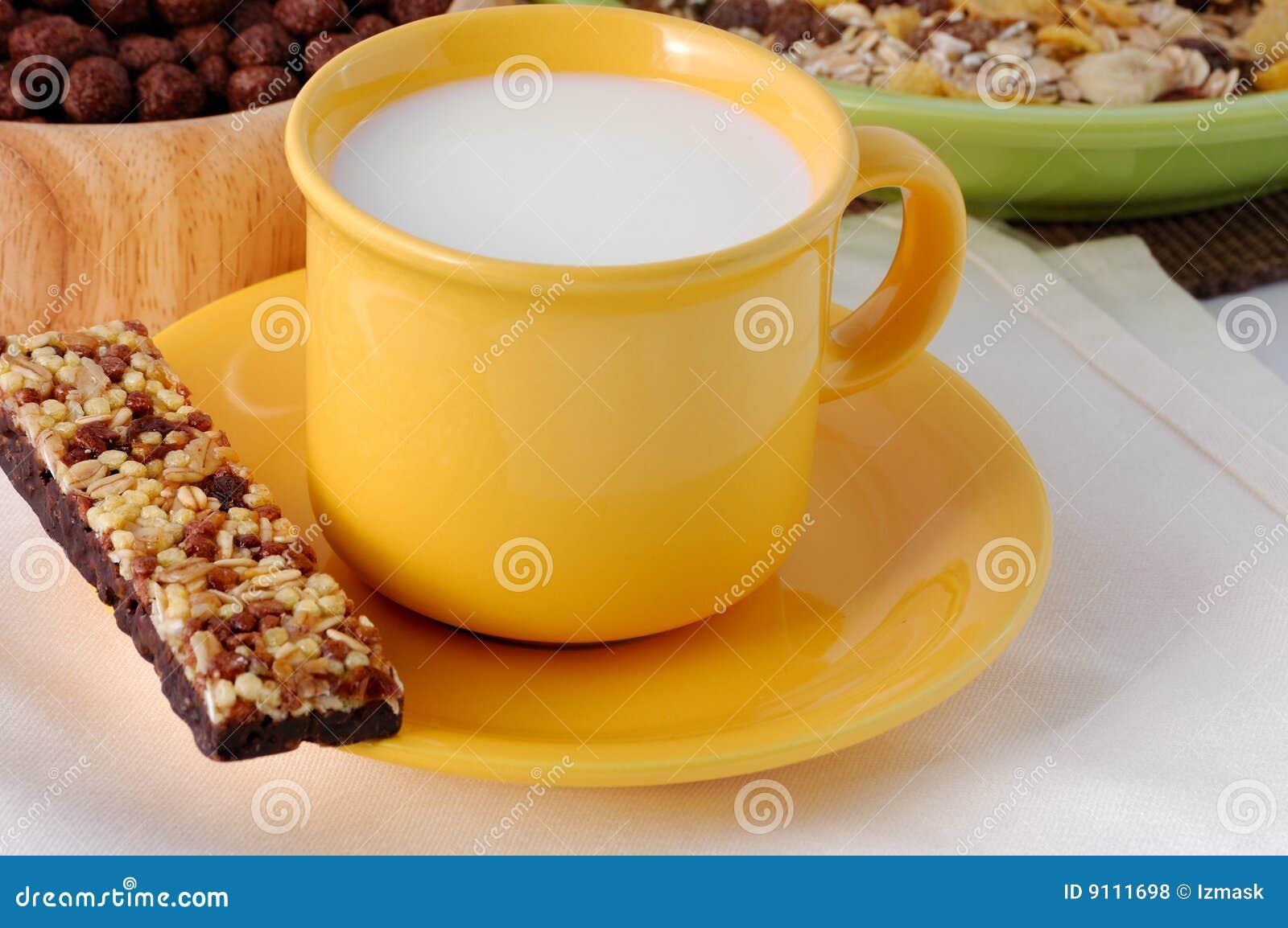 La barra del cereal con la taza de leche foto de archivo for Capacidad taza cafe con leche