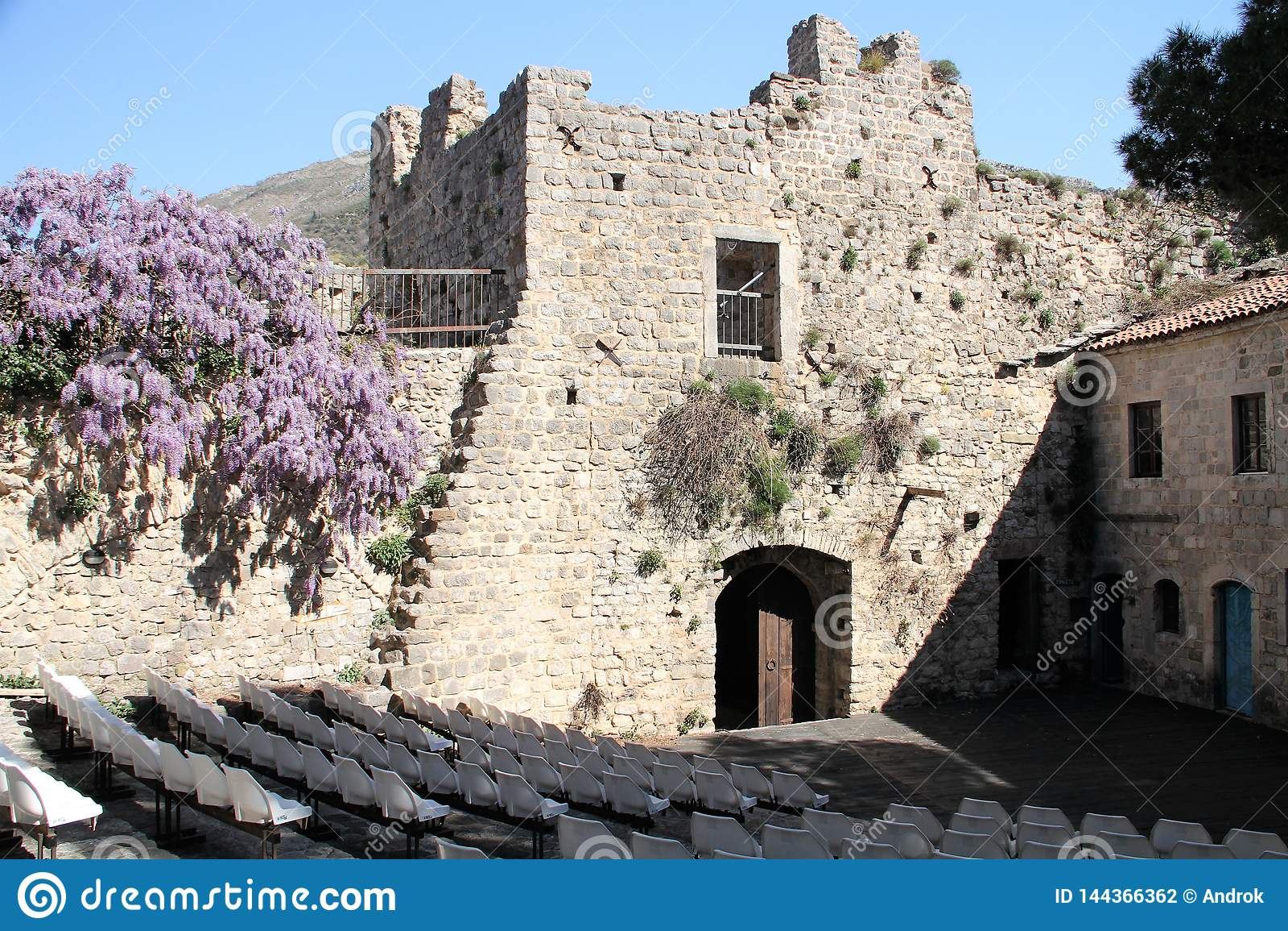 La barra vieja de la ciudad es ACEPTABLE - Montenegro