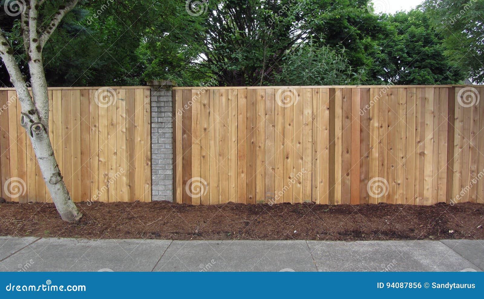La barrière de cèdre d intimité avec la brique accentue la représentation horizontale
