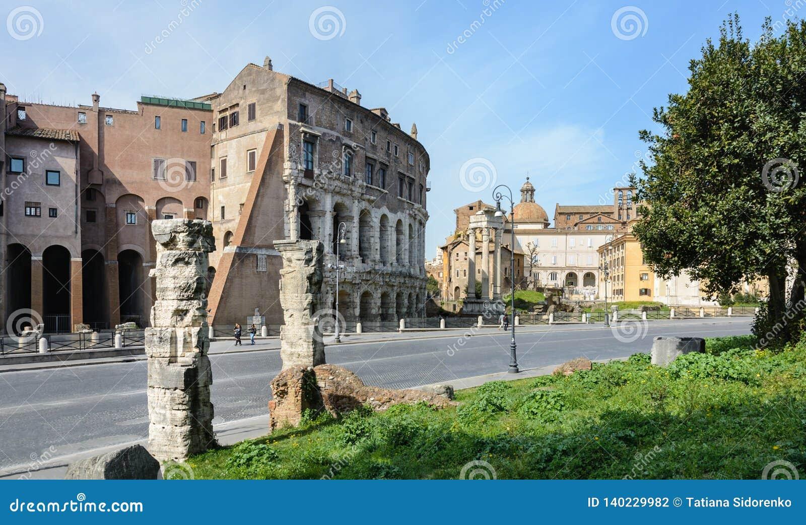 La base du temple est Bellona, la déesse romaine antique de la guerre Près de trois colonnes et de l église de San Nicola dans Ca