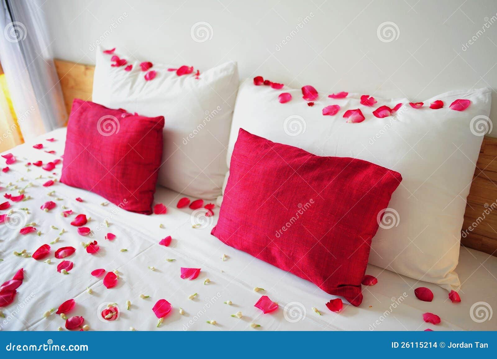 Camere Da Letto Romantiche Con Petali Di Rosa : La base ha riempito di petali di rosa fotografia stock immagine