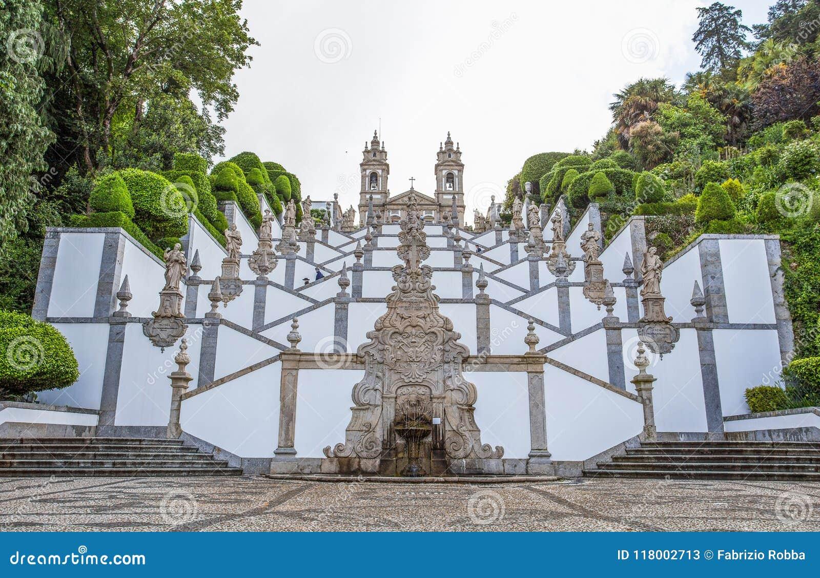 La basilique néoclassique de Bom Jésus font la religion faithfuls/Braga Portugal de Monte/église