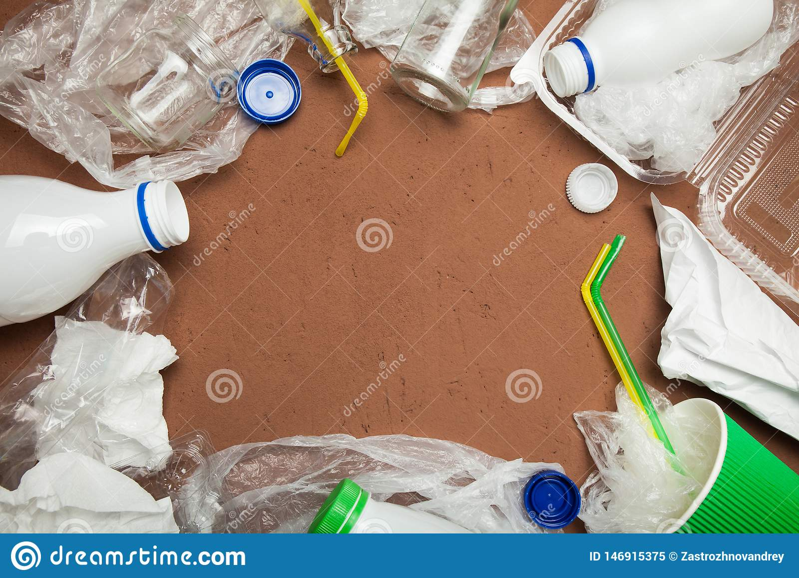 La basura, recicla en el fondo marrón, visión superior, espacio de la copia