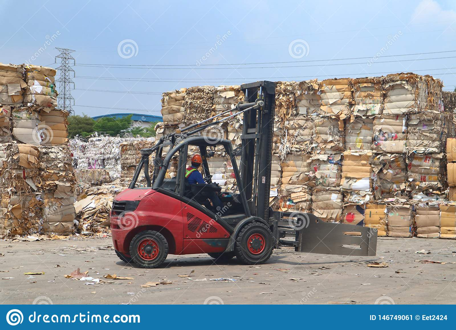 La basura y el papel reciclan en el ambiente de fabricaci?n del cargo del almac?n, industria
